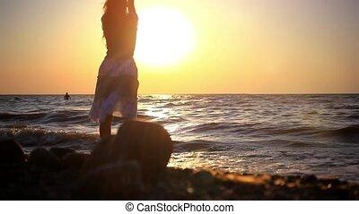 kobieta, plaża, sea., pieszy, skalisty, słoneczny, plamy, młody, hd., 1920x1080, fale, zachód słońca, odbicie, zamazany