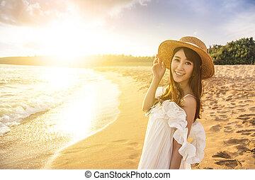 kobieta, plaża, szczęśliwy, młody, zachód słońca, pieszy
