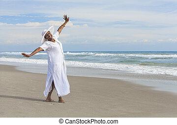 kobieta, plaża, taniec, szczęśliwy, amerykanka, afrykanin