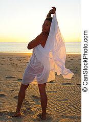 kobieta, plaża, uwodzicielska poza