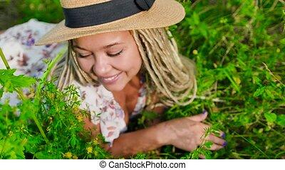 kobieta, pociągający, leżący, uśmiechanie się, młody, trawa
