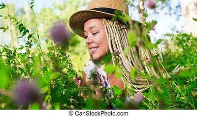 kobieta, pociągający, trawa, młody, uśmiechanie się, leżący