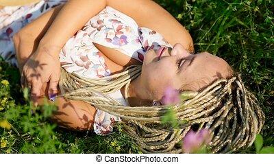 kobieta, pociągający, trawa, młody, uśmiechnięty., leżący