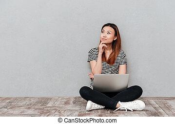 kobieta, podłoga, laptop, posiedzenie, młody, znowu, śniący