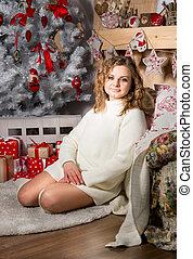 kobieta, podłoga, sweter, posiedzenie, drzewo, młody, pod, boże narodzenie