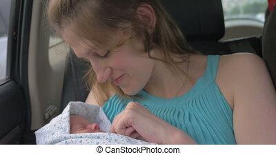 kobieta, podziwiając, z, jej, dziecko, w wozie