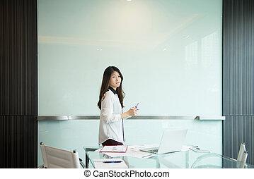 kobieta, pokój, handlowy, whiteboard, przedstawiając, czysty, spotkanie, asian