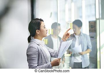 kobieta, pokój, pracujący, młody, asian, spotkanie