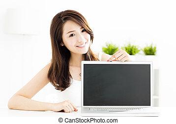 kobieta, pokaz, ekran, młody, uśmiechanie się, laptop