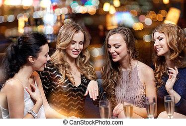 kobieta, pokaz, zaręczynowe kolisko, do, jej, przyjaciele