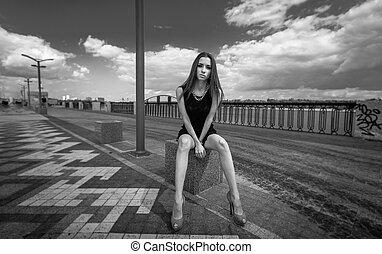 kobieta posiedzenie, fotografia, długi, ulica, monochromia, sexy, nogi