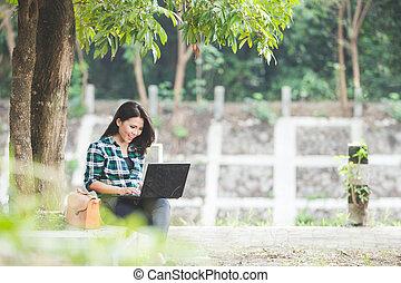 kobieta posiedzenie, laptop, park, młody, znowu, asian, używając