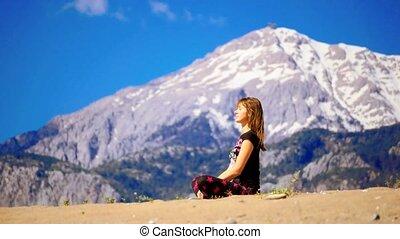 kobieta posiedzenie, młody, piasek, spokój, cross-leged