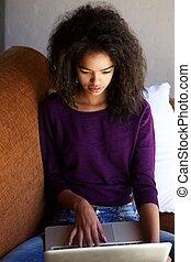 kobieta posiedzenie, sofa, laptop, młody, używając