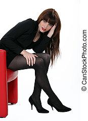 kobieta posiedzenie, w, niejaki, czerwone krzesło