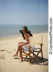 kobieta posiedzenie, w, niejaki, plażowe krzesło