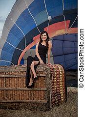 kobieta posiedzenie, wiklina, balloon, elegancki, czarnoskóry, kosz, strój