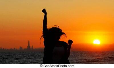 kobieta, powodzenie, świętując, skokowy, zachód słońca, podniecony