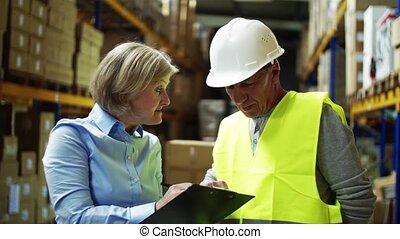 kobieta, pracownik, mówiąc, dyrektor, warehouse., starszy człowiek