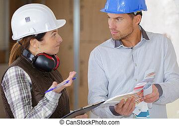 kobieta, pracownik, umiejscawiać, mówiąc, dyrektor, zbudowanie