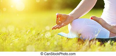 kobieta, practicing, lotos, medytacja, ręka, położenie, yoga
