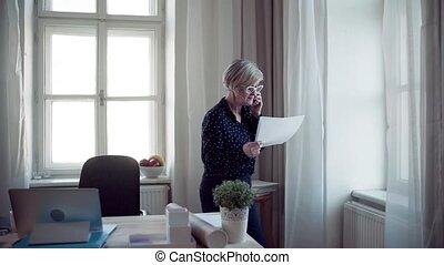 kobieta, pracujący, biuro., laptop, smartphone, czynny, dom, senior