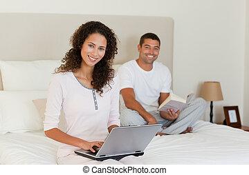 kobieta, pracujący dalejże, jej, laptop, znowu, jej, mąż, jest, czytanie