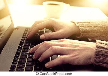 kobieta, pracujący dalejże, laptop