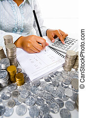 kobieta, pracujący dalejże, uważając, z, dużo, monety, dookoła