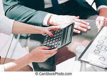 kobieta, pracujący, handlowy, closeup., calculator.
