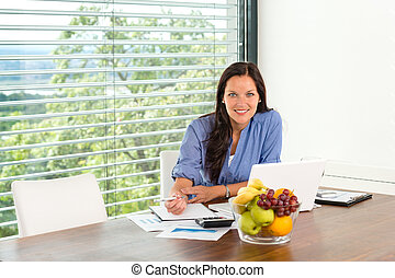 kobieta, pracujący, handlowy, laptop komputer, dom, uśmiechanie się