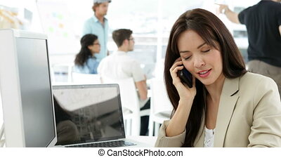 kobieta, pracujący, jej, mówiąc, telefon, biurko