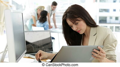 kobieta, pracujący, jej, patrząc, biurko, skoroszyt