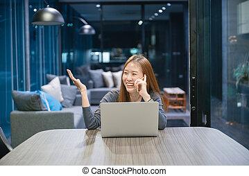 kobieta, pracujący, laptop, spóźniony, mówiąc, asian, telefon, używając, uśmiechanie się, noc