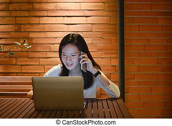 kobieta, pracujący, mówiąc, laptop, spóźniony, telefon, asian, noc, freelance