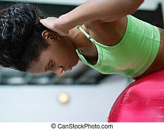 kobieta, pracujący, sala gimnastyczna, fitball, afrykanin, poza