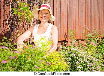 kobieta, pracujący, w, ogród