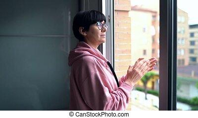 kobieta, przeciw, poparcie, wiek średni, okno, walka, ...