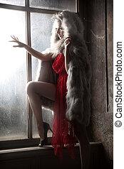 kobieta przeglądnięcie, okno, czerwony, sexy, kaptur, poza