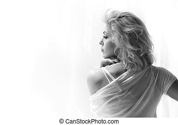 kobieta przeglądnięcie, okno, dorosły, portret, blondynka