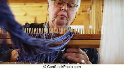 kobieta, przygotowując, warsztat tkacki, kaukaski, niski,...