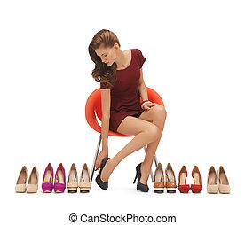 kobieta, przymiarka, wysoko heeled obuwie