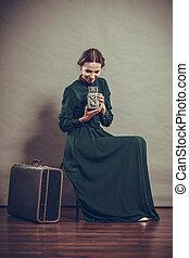 kobieta, retro tytułują, z, stary, walizka, aparat fotograficzny