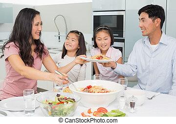 kobieta, rodzinne jadło, służąc, kuchnia, szczęśliwy