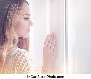 kobieta, romantyk, piękno, młode przeglądnięcie, okno, poza