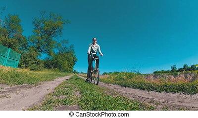 kobieta, rower, rocznik wina, młody, jeżdżenie, wieś, wiejski, wzdłuż, droga