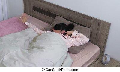 kobieta rozciąganie, maska, łóżko, spanie, dom
