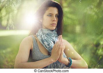 kobieta rozmyślająca, świadomość, uważający, spokojny, słońce, practicing, flare., jasny, natura
