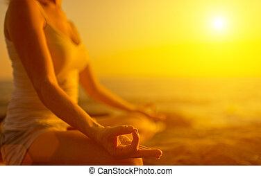 kobieta rozmyślająca, plaża, zachód słońca, yoga, ręka, poza