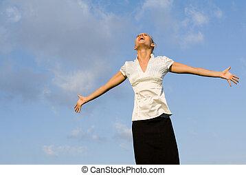 kobieta, rozpostarty, do góry, herb, patrząc, outdoors, śpiew, szczęśliwy